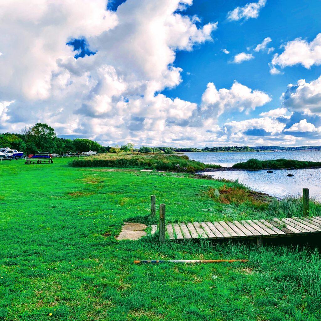 badestrand og bådbro på Byaasgaard